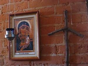 Икона Богородицы и крест из виноградной лозы