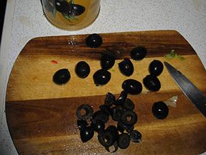 Нарежем маслины кружками